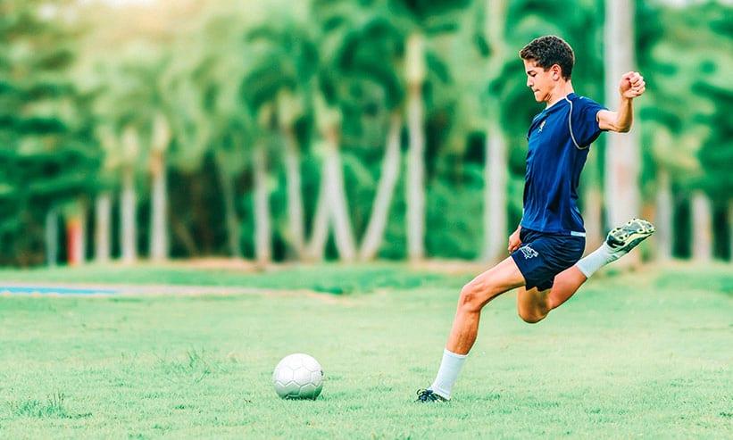 サッカーボールを蹴ろうとしている男性