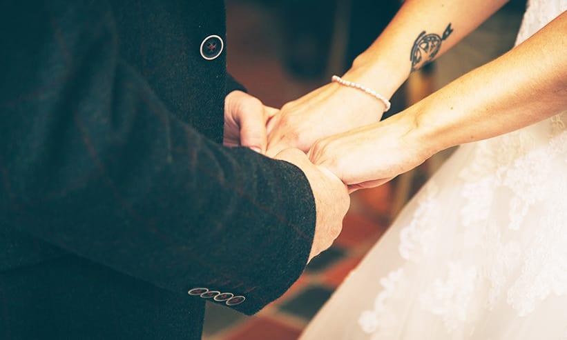 互いに手を取り合うカップル