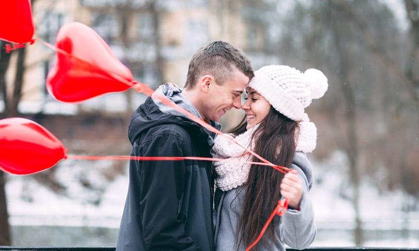 額を合わせている風船を持った女性と男性