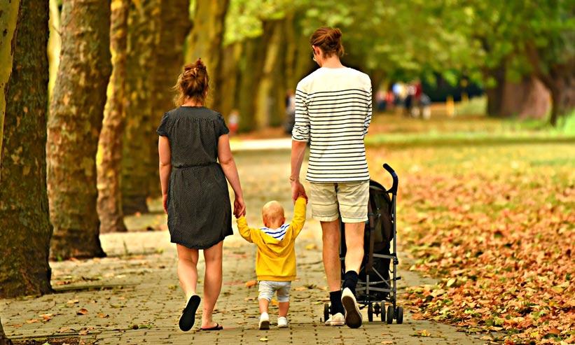 散歩をする親子の後ろ姿