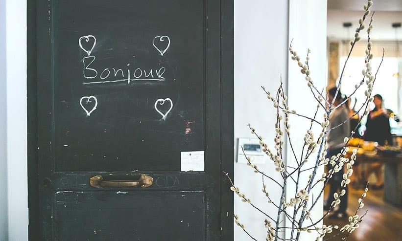 ボンジュールと書かれた扉