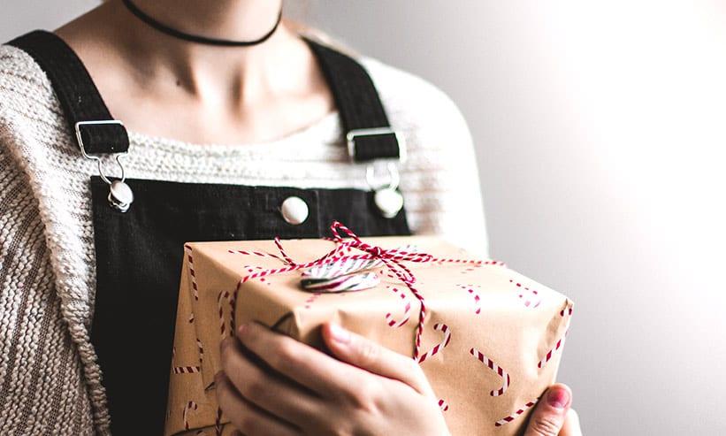 プレゼントを大事そうに抱える女性