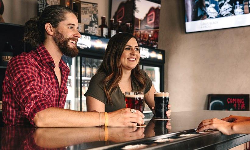 バーでお酒を飲むカップル