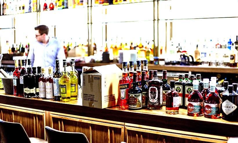 バーカウンターに並べられてお酒