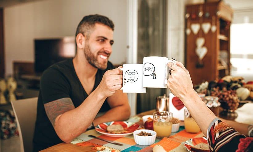 コーヒーで乾杯するカップル