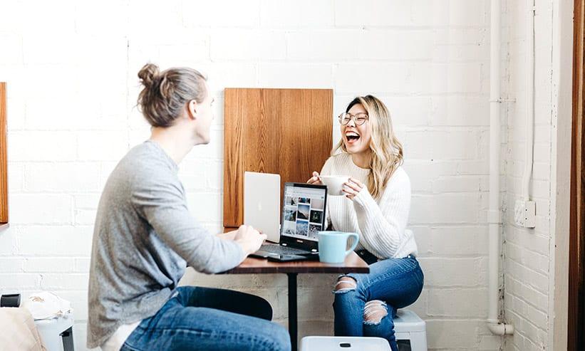 カフェで笑いながら話をしているカップル