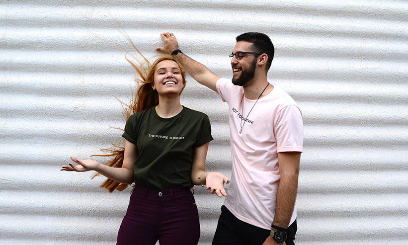 楽しそうに笑っているカップル