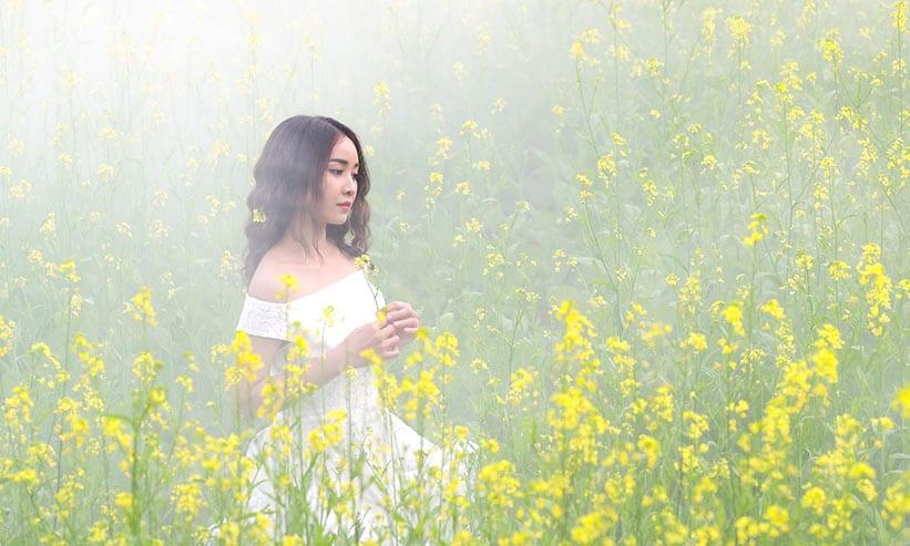 花畑に座っている女性