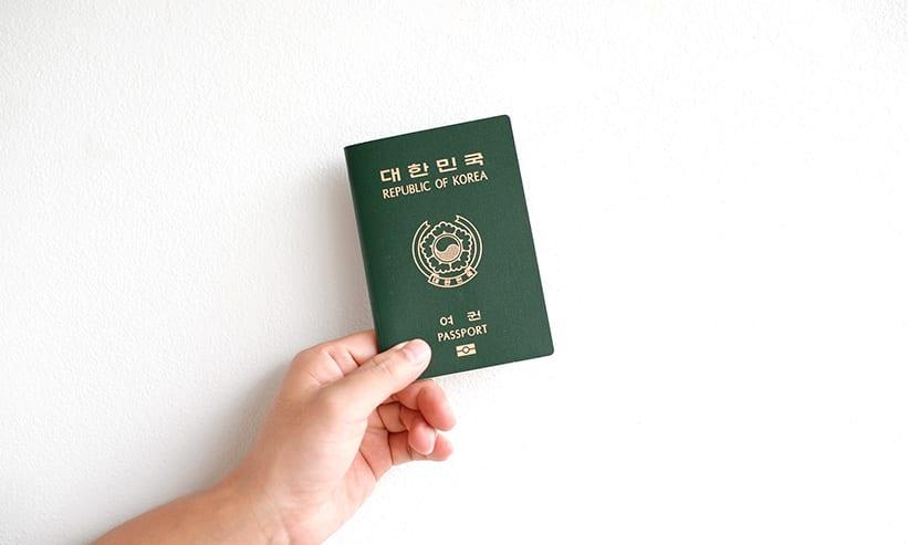 パスポートを持っている男性