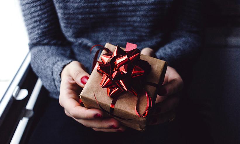プレゼントを持った女性の手元
