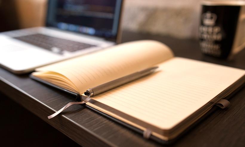 メモ帳とペンとパソコン