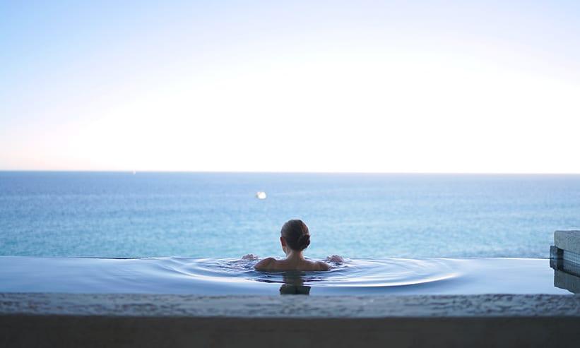 海が見える温泉に入っている女性