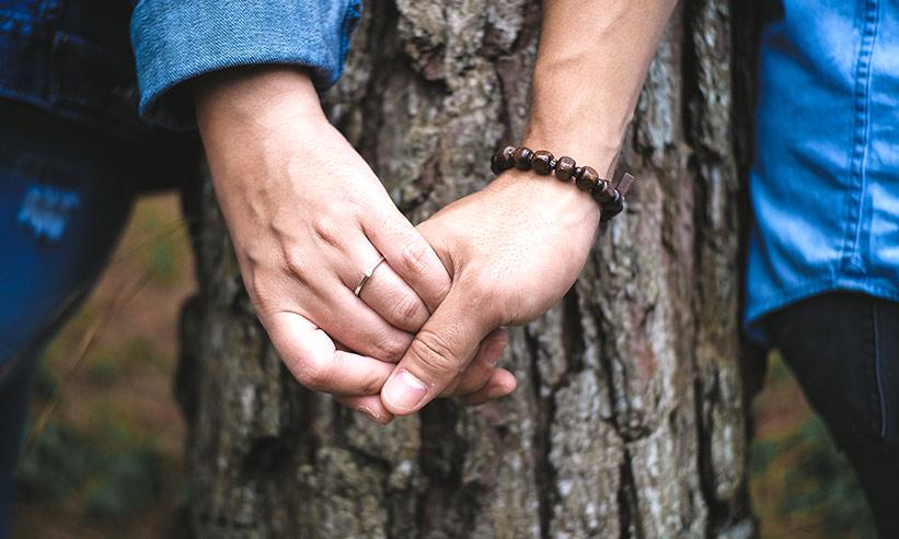 手を繋ぐカップルの手元のアップ