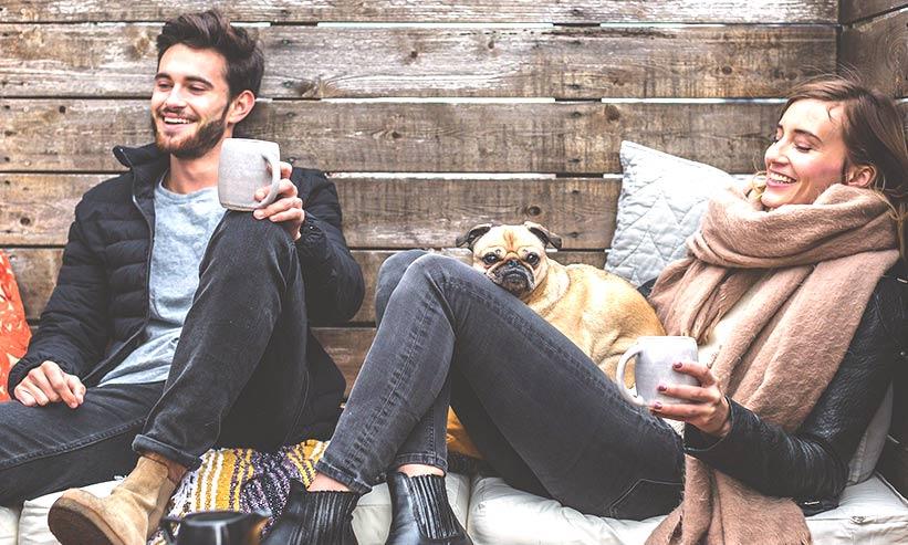 楽しそうにコーヒーを飲むカップル