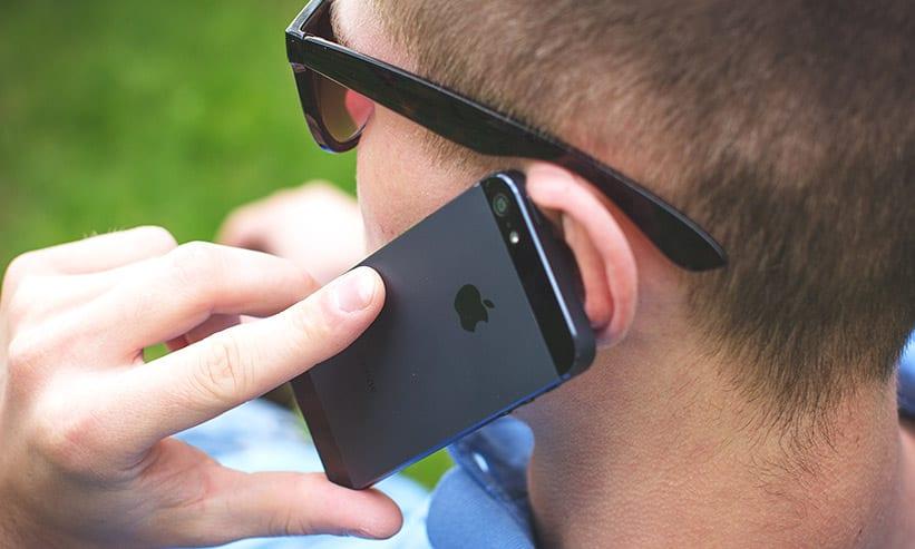 スマートフォンで電話している男性