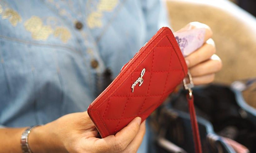 財布からお札を出そうとする女性