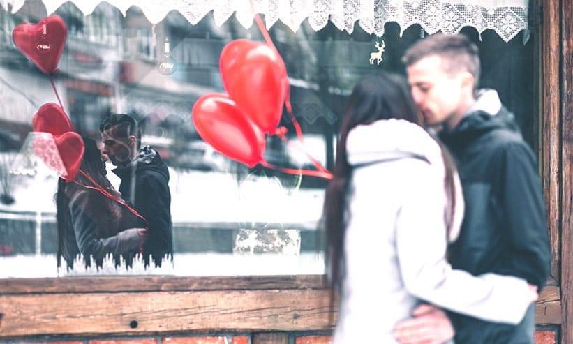 店の前で抱き合うカップル
