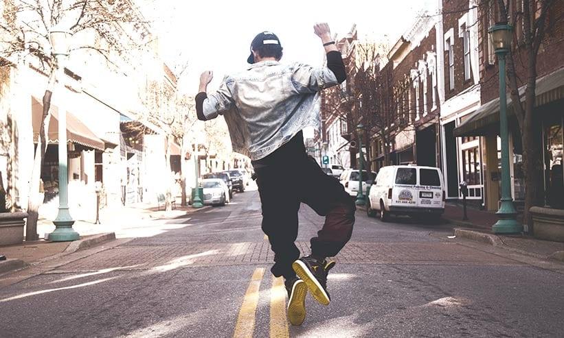 道路で踊る男性