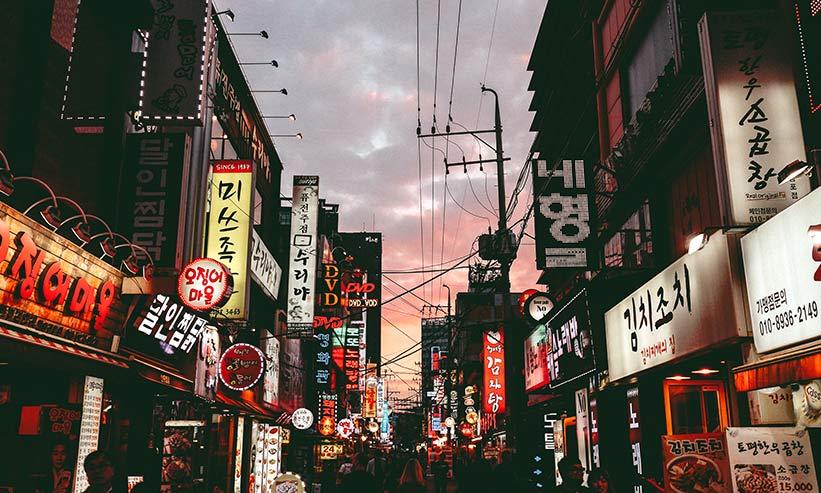 空が少し赤く染まる韓国の街並み