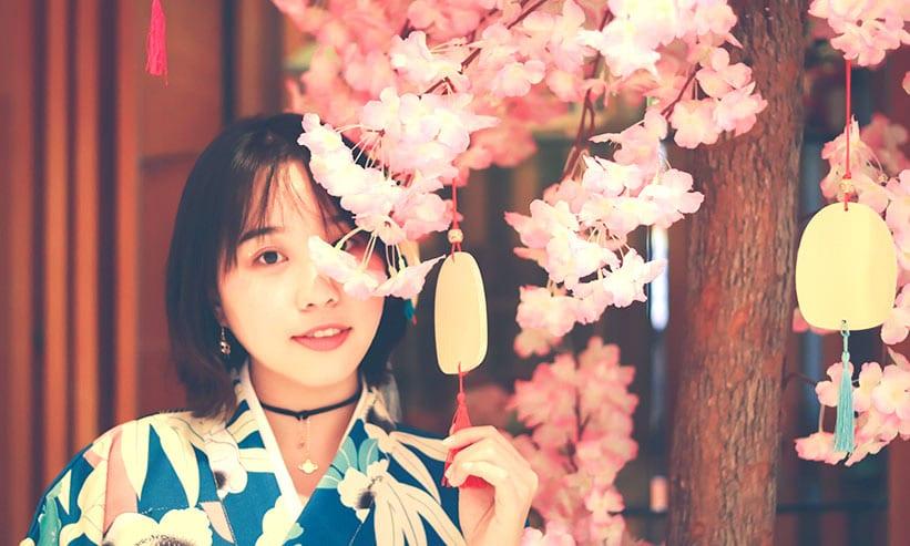 桜の木の側にいる女性