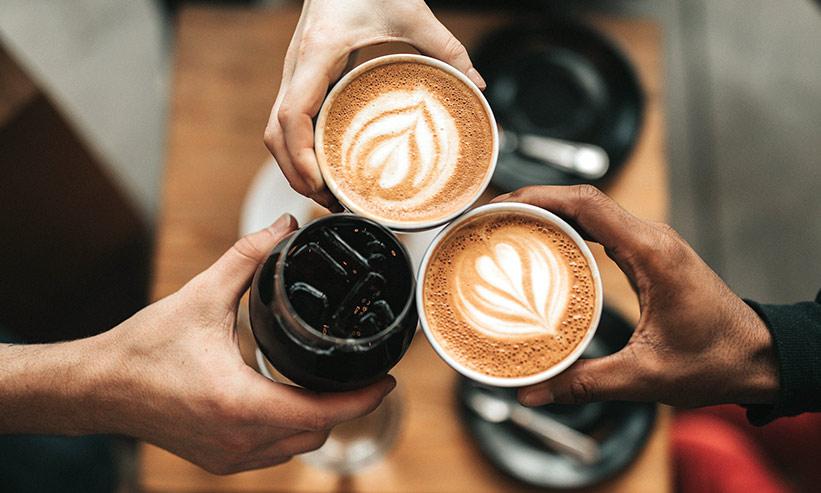 コーヒーで乾杯する様子