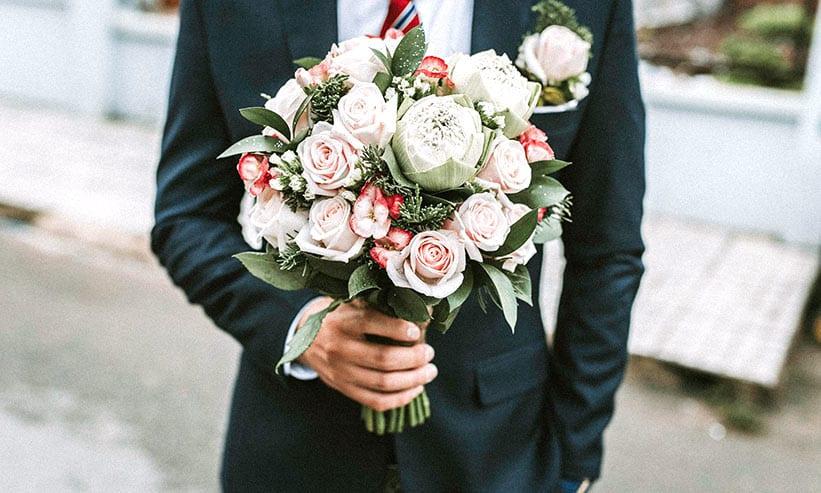薔薇の花束を持つ男性