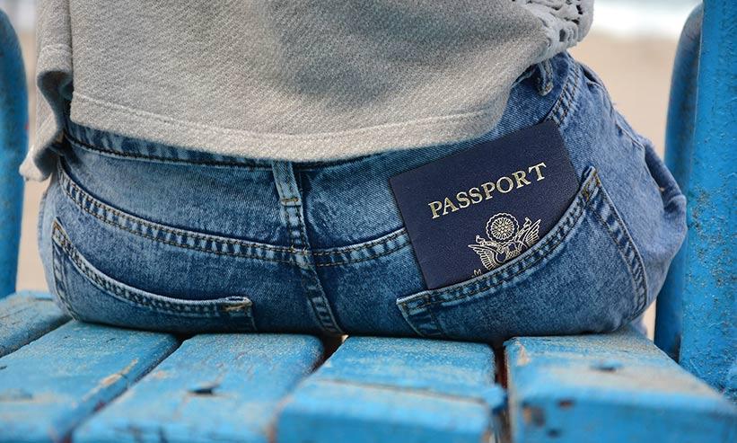 パスポートを尻ポケットに入れている男性