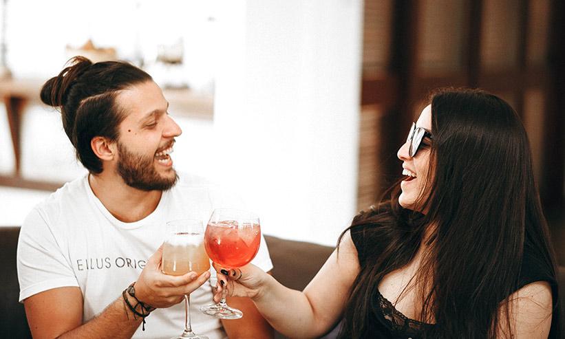 笑いながら乾杯する男女