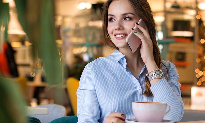 カフェで電話をする女性