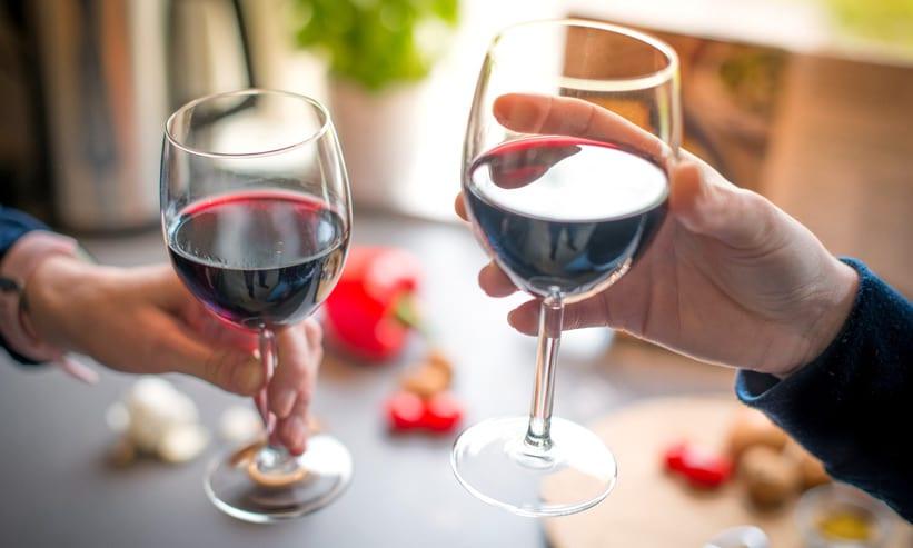 ワインで乾杯しようとするカップル