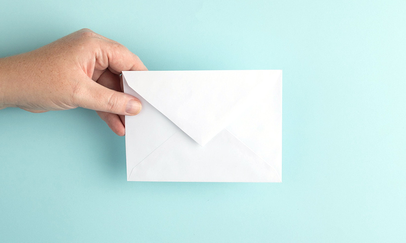 封筒を持つ手