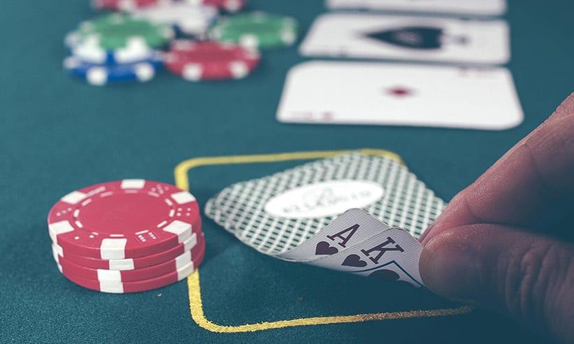 カードゲームをしている男性の手