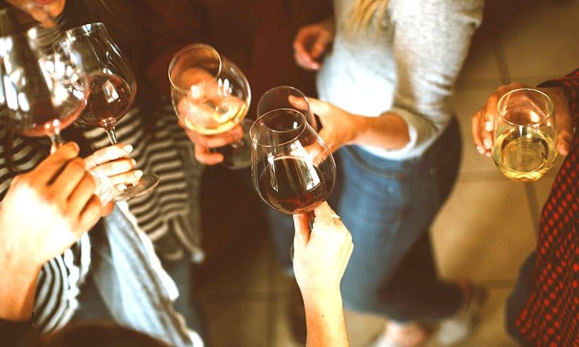 ワインで乾杯する複数の男女