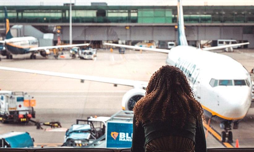 飛行機を見ている女性