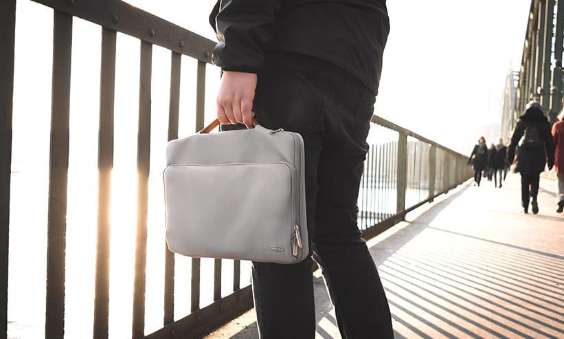 バッグを左手で持つ男性