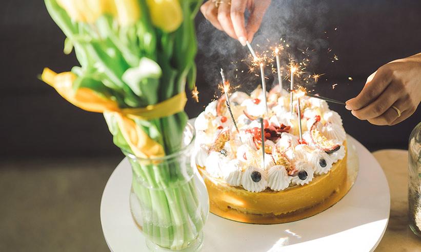 ケーキの蝋燭に火を付ける様子
