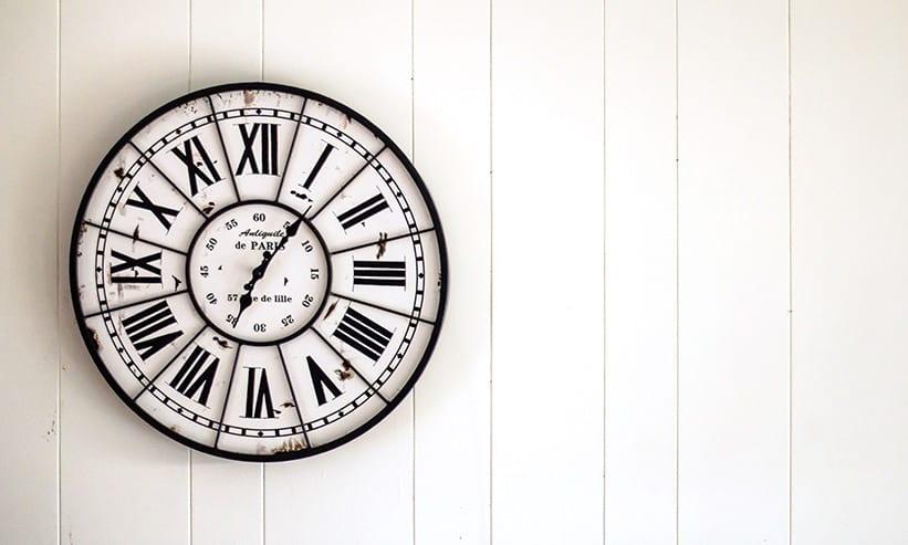 壁に掛けられた時計