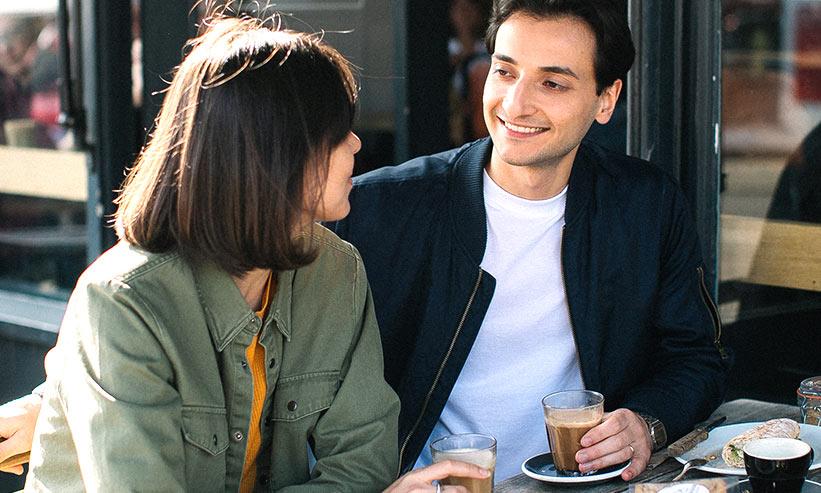 カフェで話をしているカップル