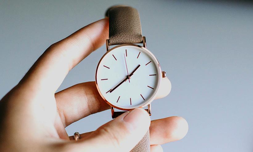腕時計を持っている様子