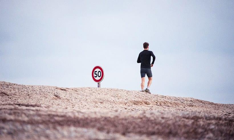 ジョギングする男性の後ろ姿