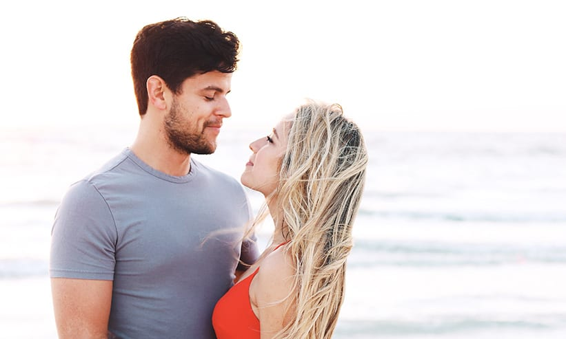 海で見つめ合うカップル