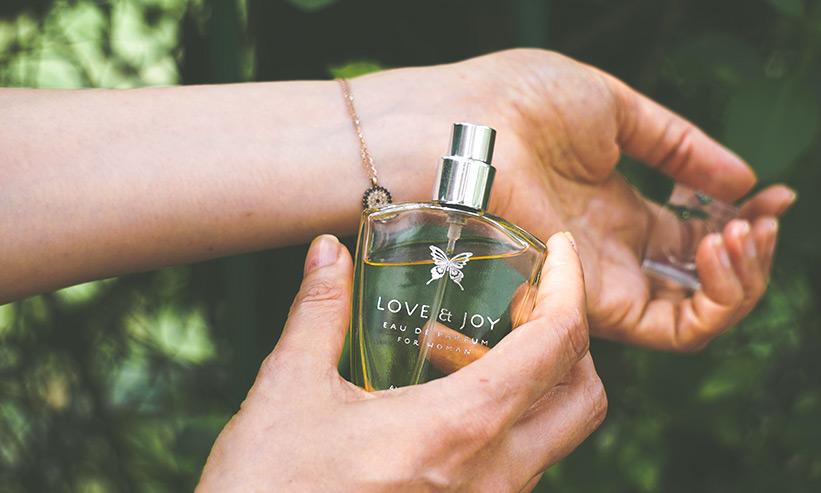 香水をつける女性の手首のアップ