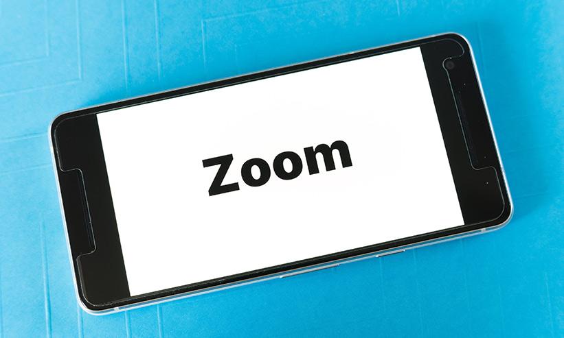 ZOOMも文字が表示されているスマートフォン