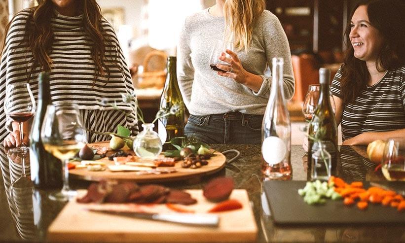 ホームパーティーをしている3人の女性