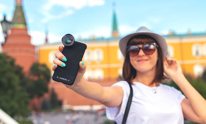 スマートフォンのカメラで撮影している女性