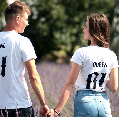ラベンダー畑を歩くカップルの後ろ姿