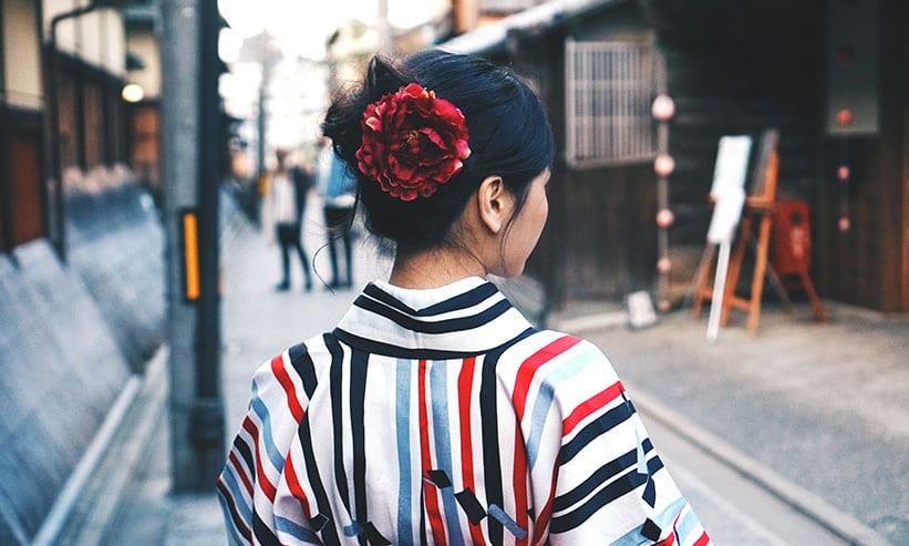 着物を着た女性の後ろ姿