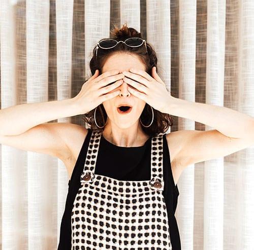 両手で目を覆う女性