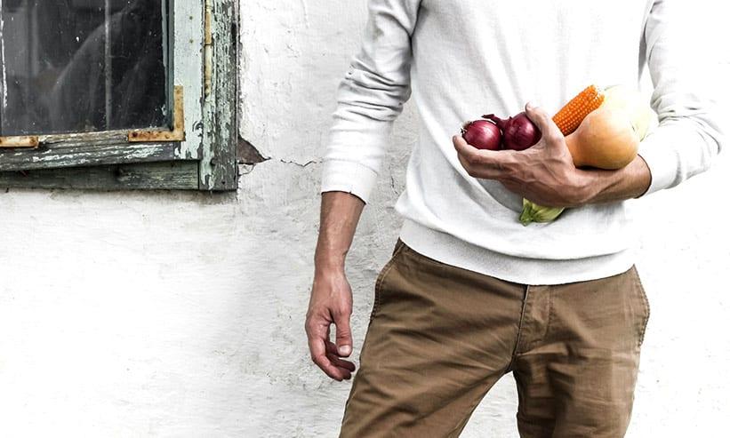 野菜を手に持っている男性