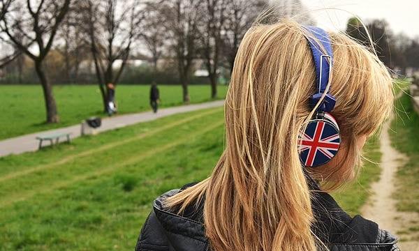 イギリス国旗のヘッドフォンを付けた女性